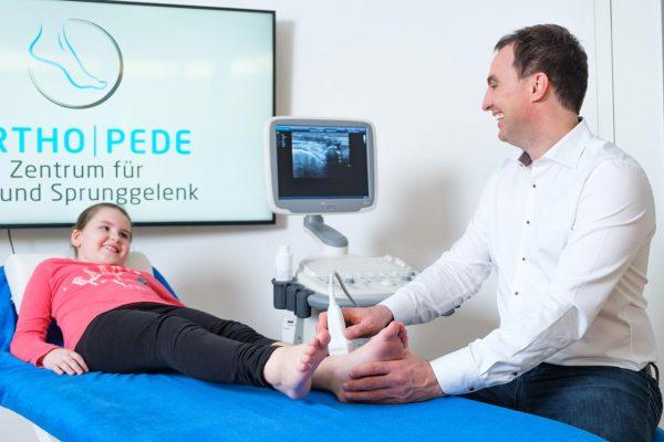 Dr. Böhr macht eine Ultraschalluntersuchung in der Praxis